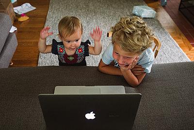 Am Laptop lernen - p1361m1463530 von Suzanne Gipson
