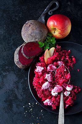 Beetroot salad with durum wheat semolina, apple and soft goat cheese - p300m1581553 von Dieter Heinemann