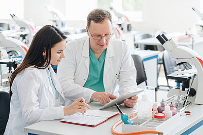 Scientists in white coats using tablet in lab - p300m2118533 by Hernandez and Sorokina