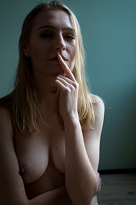 Contemplative woman - p427m2093163 by Ralf Mohr