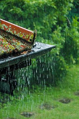 Eine Regenrinne läuft über  - p739m1162862 von Baertels