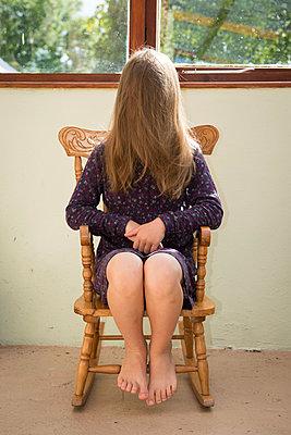 Mädchen im Schaukelstuhl - p954m939218 von Heidi Mayer
