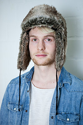 Junger Mann mit Pelzmütze - p1195m1540253 von Kathrin Brunnhofer