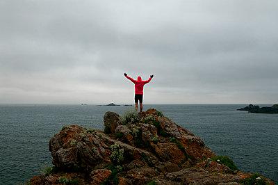 Mann auf den Klippen bei Saint-Malo - p470m2031613 von Ingrid Michel