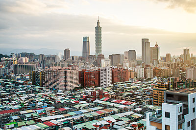 City skyline and Taipei 101 building, Taipei, Taiwan - p871m2046541 by Gavin Hellier