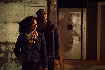 Couple in dimly lit alley, Los Angeles, California, USA - p924m1422799 by Raphye Alexius