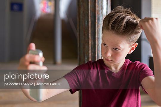Kind mit Handy - p1222m1154532 von Jérome Gerull