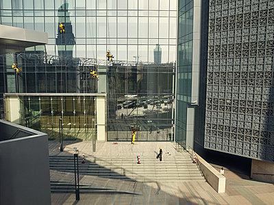 Fensterputzer in Dubai - p1200m1061143 von Carsten Görling