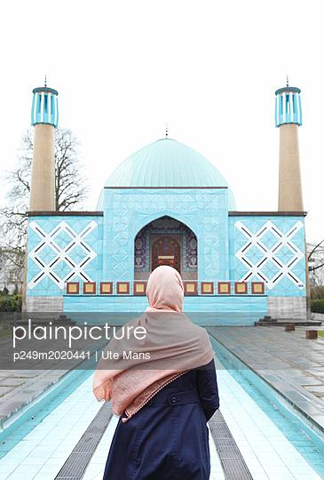 Vor der Moschee - p249m2020441 von Ute Mans
