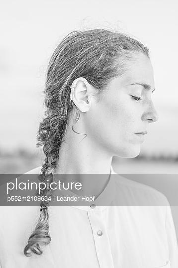 Young woman, portrait - p552m2109634 by Leander Hopf