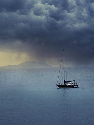 Segelyacht und Gewitterwolken - p1280m2126810 von Dave Wall