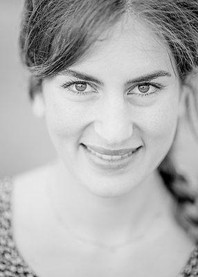 Portrait of smiling young woman - p552m2292021 by Leander Hopf