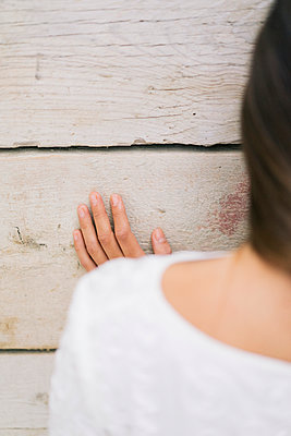 Woman touching wall with hand - p586m1020382 by Kniel Synnatzschke