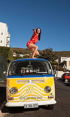 Auf VW-Dach surfen - p045m1223151 von Jasmin Sander