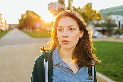 Porträt einer jungen Frau - p586m1108779 von Kniel Synnatzschke