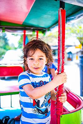 Junge im Tuk Tuk Taxi - p680m1511724 von Stella Mai
