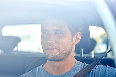 Young man in car - p1124m1510924 by Willing-Holtz
