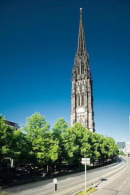 St. Nikolai-Kirche an einem Sommertag, Hamburg - p1493m1584457 von Alexander Mertsch