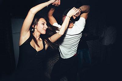Happy couple dancing in nightclub - p555m1412847 by Inuk Studio