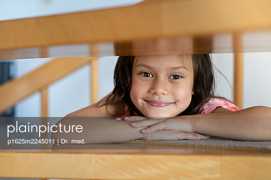 Little girl on wooden stairs - p1625m2245011 by Dr. med.