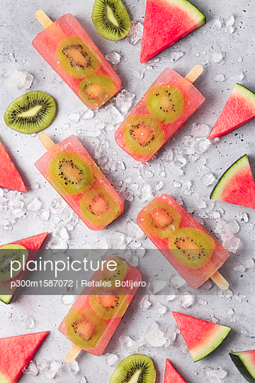 Homemade watermelon kiwi ice lollies - p300m1587072 von Retales Botijero