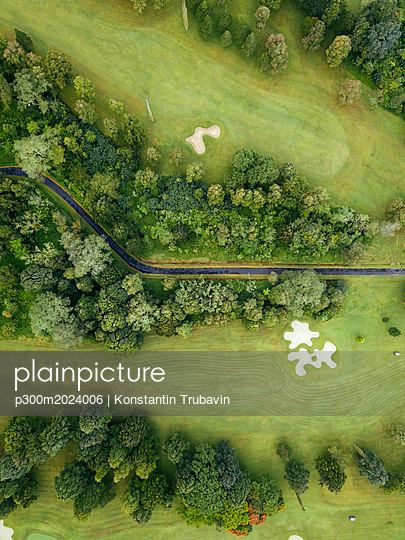 Indonesia, Bali, Aerial view of golf course with bunker and green - p300m2024006 von Konstantin Trubavin