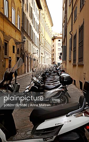 Motorroller in Florenz - p382m1525180 von Anna Matzen