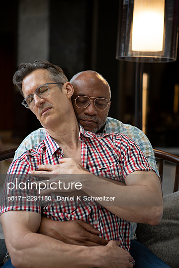 Gay couple embracing, portrait - p817m2291150 by Daniel K Schweitzer