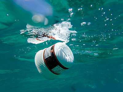 Plastic waste floating in the sea - p300m2103526 von Gerald Nowak