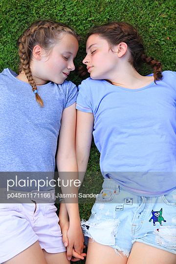 Freundinnen Hand in Hand - p045m1171166 von Jasmin Sander
