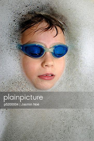 Junge mit Taucherbrille in Badewanne - p5200004 von Jasmin Noé
