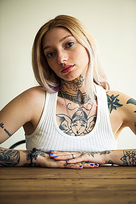 Tattooed woman, portrait - p623m1221328 by Frederic Cirou