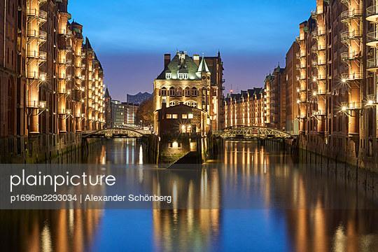 Fleetschlösschen - p1696m2293034 by Alexander Schönberg
