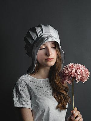 Girl wearing vintage outfit - p1376m2110469 by Melanie Haberkorn