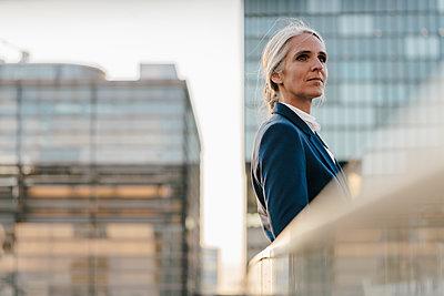 Businesswoman standing on bridge - p300m1470032 by Kniel Synnatzschke