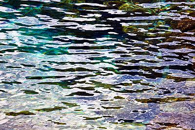 Wasseroberfläche mit Reflexen - p719m1538034 von Rudi Sebastian