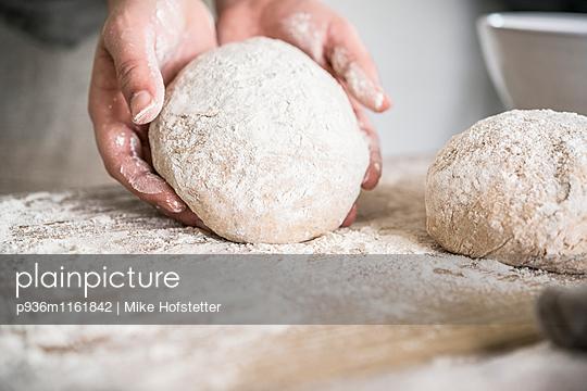 Brotteig kneten - p936m1161842 von Mike Hofstetter