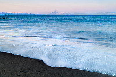 Sunset view of Mount Fuji from the beach, Shizuoka Prefecture, Japan - p1166m2285592 by Cavan Images