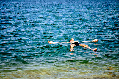 Man floating in the Dead Sea - p1385m1424855 by Beatrice Jansen