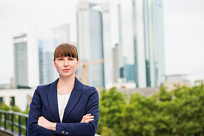 Germany, Hesse, Frankfurt, portrait of  businesswoman with crossed arms - p300m975152f by Jo Kirchherr