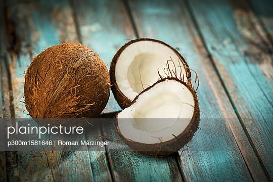 Opened coconut, close-up - p300m1581646 von Roman Märzinger