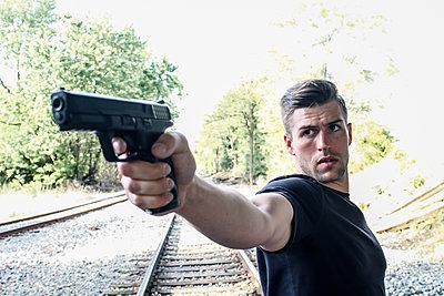 Mann zielt mit einer Pistole - p1019m1424613 von Stephen Carroll