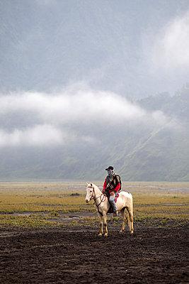 Reiter im Tal am Bromo Vulkan  - p1108m1158902 von trubavin