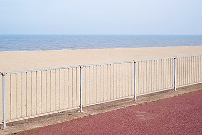 Empty beach - p1228m1466069 by Benjamin Harte