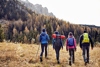 Group of friends hiking in the mountains - p300m1562308 by Philipp Nemenz