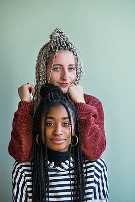 Zwei junge Frauen als Freundinnen mit Haarverlängerung - p427m2063918 von Ralf Mohr