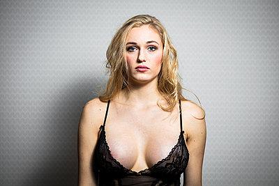 Blonde Frau - p930m2031368 von Ignatio Bravo