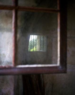 Vergittertes Fenster - p945m2027600 von aurelia frey