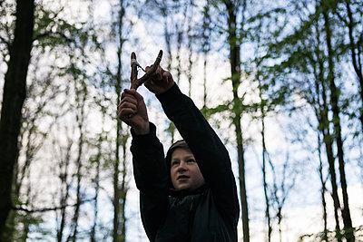 Junge mit einer Zwille im Wald - p1222m1585883 von Jérome Gerull