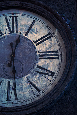 Weathered clock face - p1248m2008567 by miguel sobreira